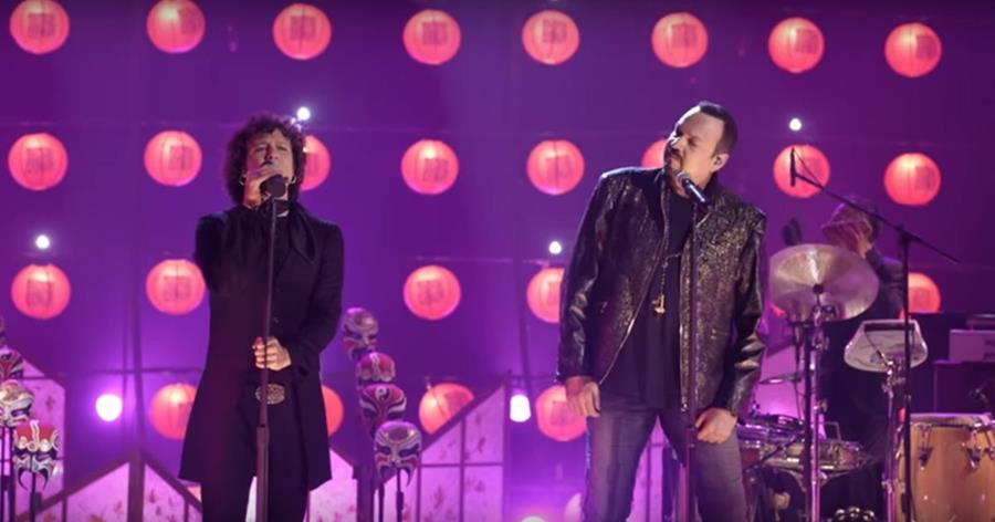 Enrique Bunbury y Pepe Aguilar interpretan Ven y camina conmigo en versión acústica. (Foto Prensa Libre: Tomada de YouTube)