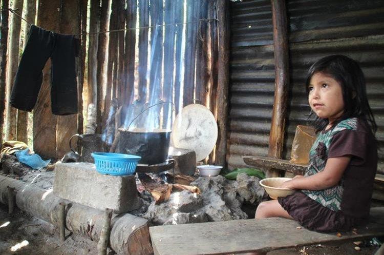 Mujeres y niños huehuetecos son los más vulnerables a  enfermedades, que pueden convertirse en crónicas, por la inhalación de humo. (Foto Prensa Libre: Mike Castillo)