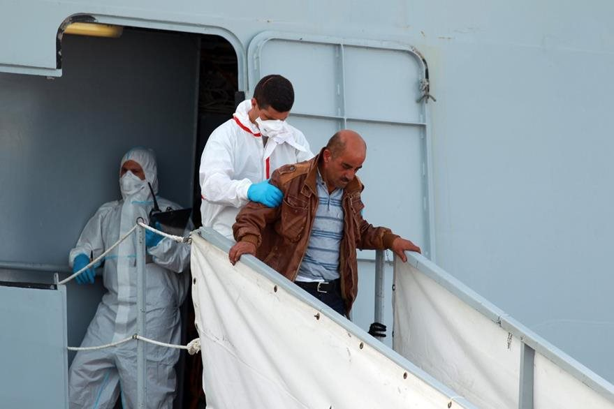 Rashid Jaqali, baja del barco que lo llevó a él y su familia hasta Italia. (Foto Prensa Libre: AP).
