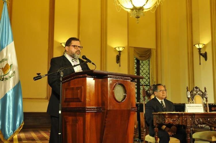 Galardonado escritor dedicó el máximo premio a las letras guatemaltecas a su abuelo y tío, también escritores. (Foto Prensa Libre: Brenda Martínez)