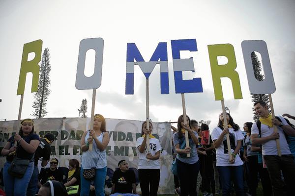 Miles de fieles católicos participan en la Peregrinación de la Luz. (Foto Prensa Libre: EFE)