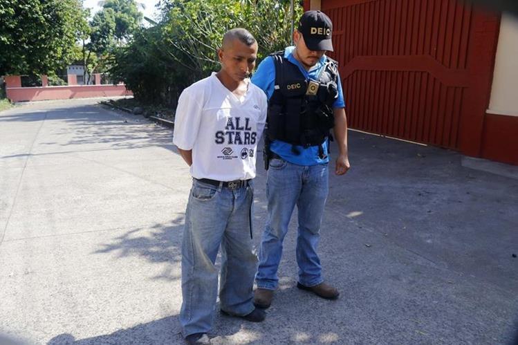 Ariel Felipe López Cua, de 31 años, fue llevado por agente de la PNC al Juzgado de Paz de San Martín Zapotitlán, Retalhuleu. (Foto Prensa Libre: Rolando Miranda)
