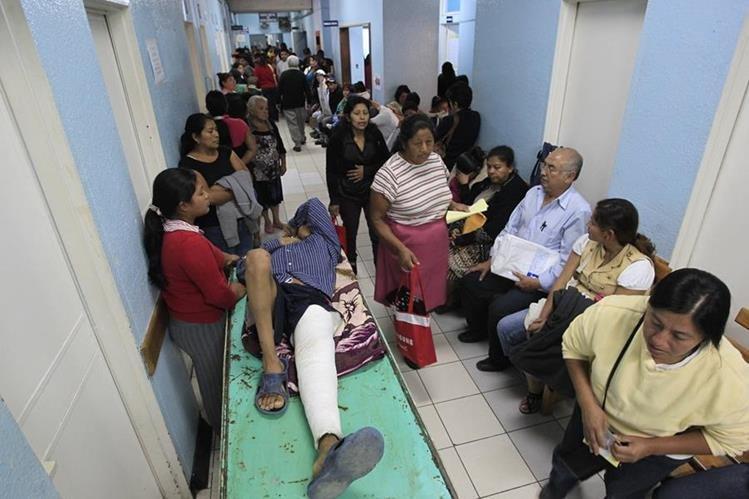 Médicos y pacientes sufren a diario carencias similares en la red de hospital del estado. (Foto Prensa Libre: Edwin Bercián)