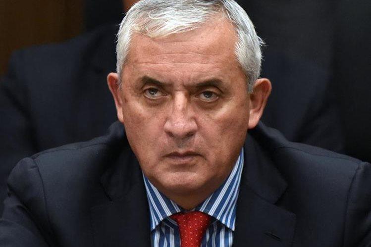 Otto Pérez Molina escucha las acusaciones en su contra. (Foto Prensa Libre: AFP)