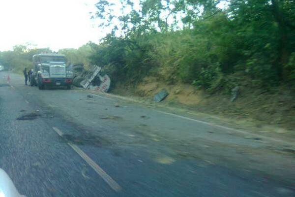 <p>Cabezal vuelca en kilómetro 49 de la ruta antigua a Palín. (Foto cortesía de Judith del Cid)</p>