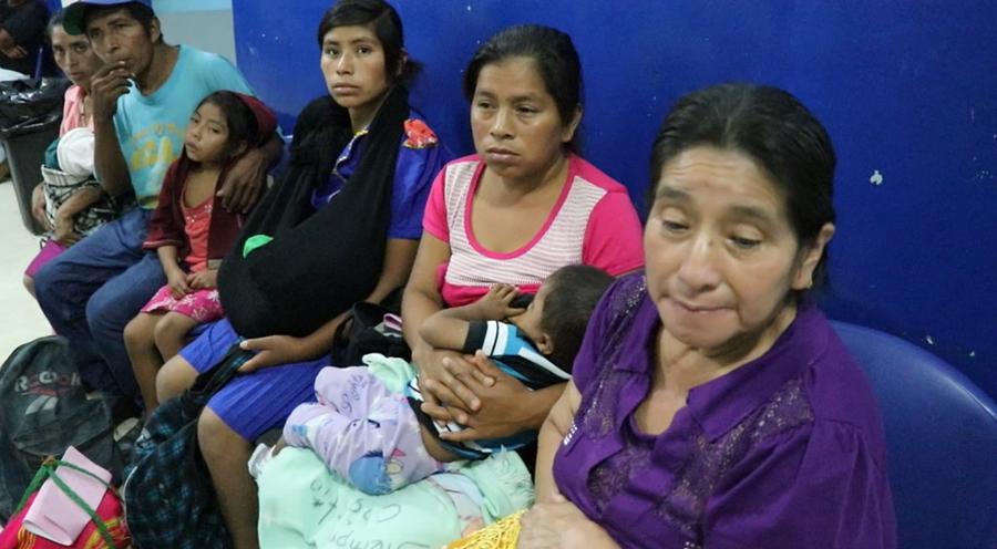 Vecinos de Aguamecate, San Pedro Pinula hacen fila para ser atendidos en la emergencia del Hospital Nacional de Jalapa. (Foto Prensa Libre: Hugo Oliva)