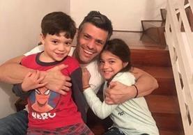 Leopoldo López y sus hijos en su casa, donde guardará arresto domiciliario.