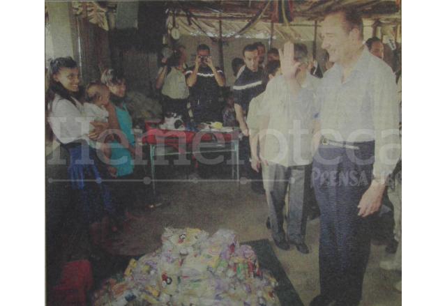 Chirac visita a damnificados en Punta de Manabique, Izabal en 1998. (Foto: Hemeroteca PL)