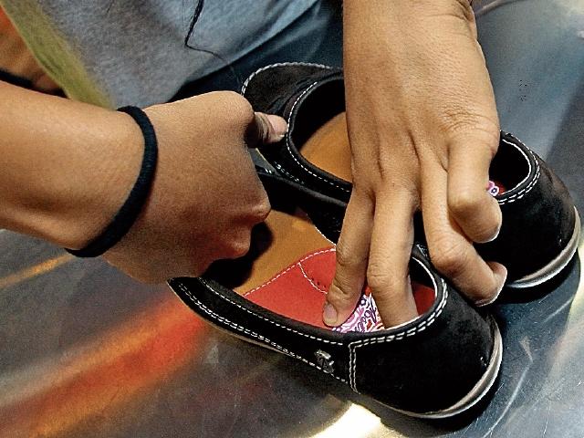 El último  paso es el pegado de las plantillas.  En un promedio de 8 minutos  un par de zapatos queda ensamblado y terminado.