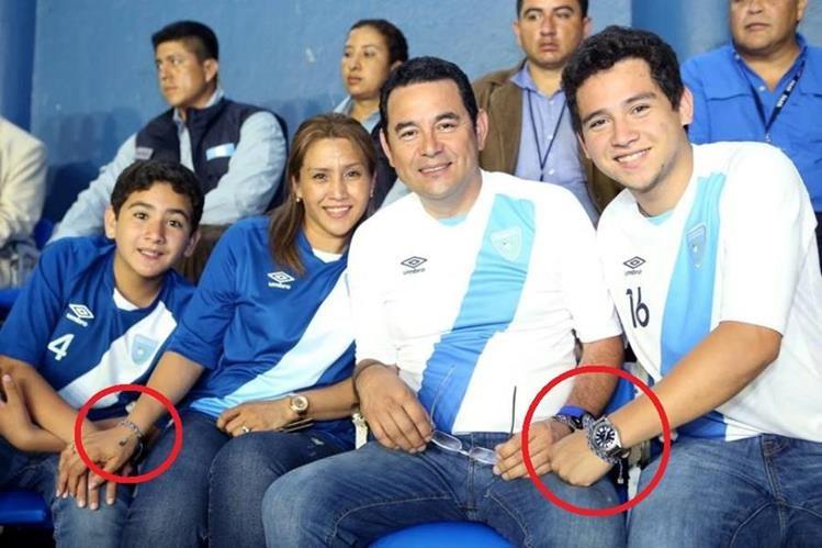 Morales y su familia portan las pulseras en el palco del estadio. (Foto Prensa Libre: Tomada de Facebook)