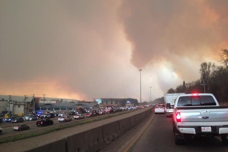 Atascos vehiculares causa gran incendio en Canadá. (Foto Prensa Libre: AP)