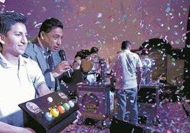 El sorteo se llevó a cabo en Concha Acústica del Parque Centenario, en medio de música y mucha emoción. (Foto Prensa Libre: Esbin García