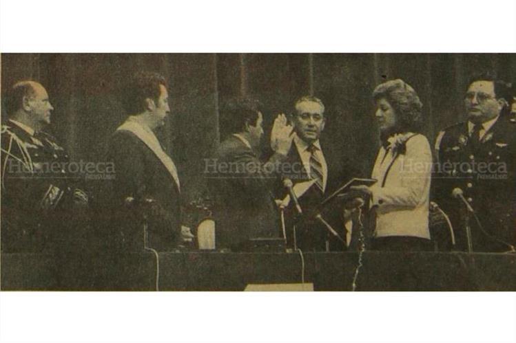 Vinicio Cerezo (con banda presidencial) y su vicepresidente, Roberto Carpio Nicolle, toman juramento el 14 de enero de 1986. (Foto: Hemeroteca PL)