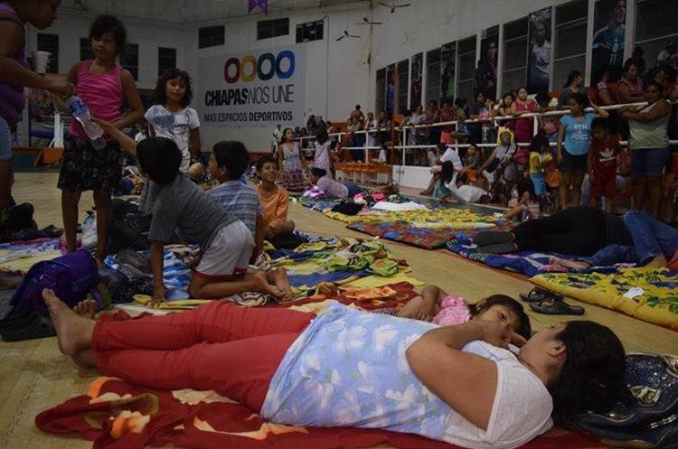 Varias personas han dejado sus casas y se han refugiado en albergues en Tapachula, Chiapas. (Foto Prensa Libre: EFE)