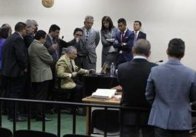 Salvador González Álvarez, alias Eco —sentado al centro—, muestra el contenido de la computadora que le fue incautada. (Foto Prensa Libre: Paulo Raquec)