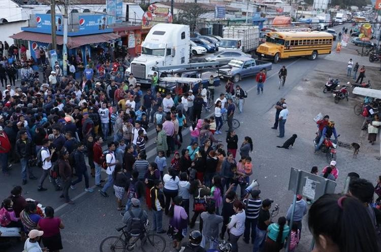 Vecinos bloquean el kilómetro 51 de la ruta Interamericana, el 2 de febrero último, y exigen la renuncia del alcalde de El Tejar. (Foto Prensa Libre: Víctor Chamalé)
