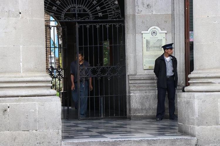 Un policía municipal resguarda el ingreso de la Municipalidad de Quetzaltenango. (Foto Prensa Libre: María José Longo)