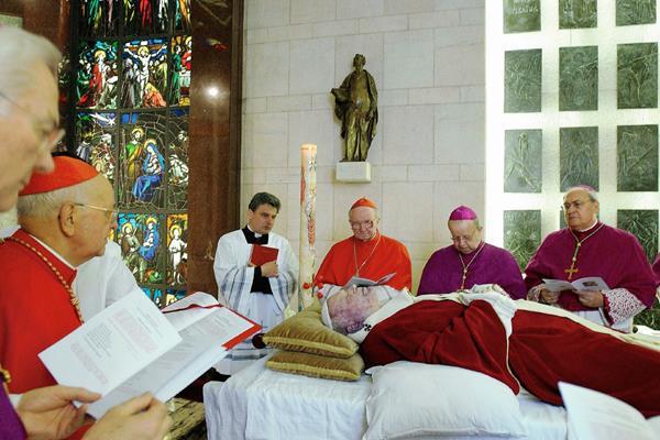 El cuerpo del papa Juan Pablo II es expuesto en la capilla privada del Vaticano. (Foto PrensaLibre: AFPI