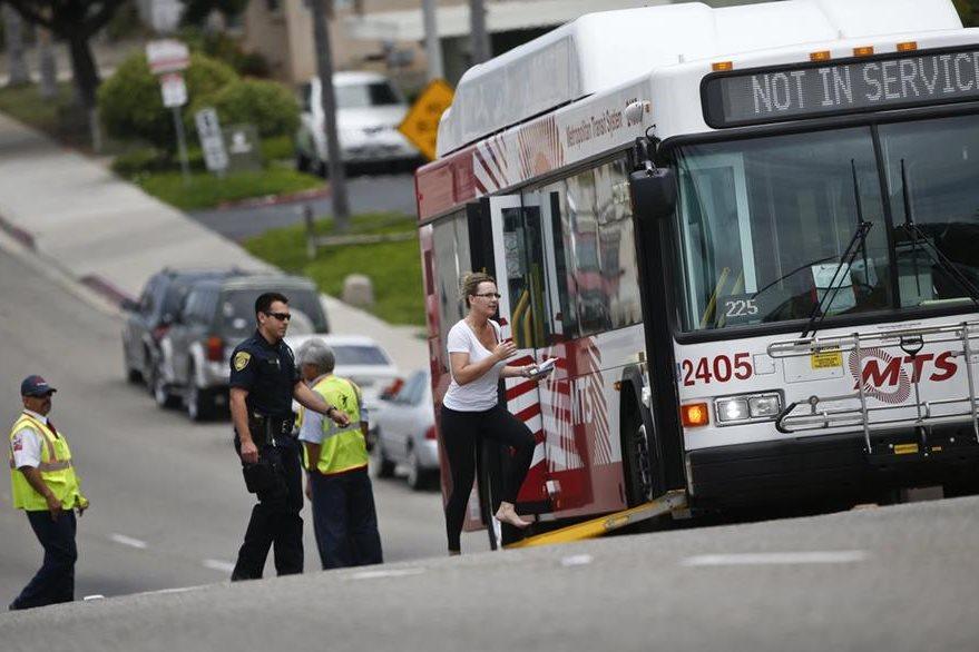 Una mujer del vecindario sale corriendo y aborda un bus después que fueron evacuados. (Foto Prensa Libre: AP).