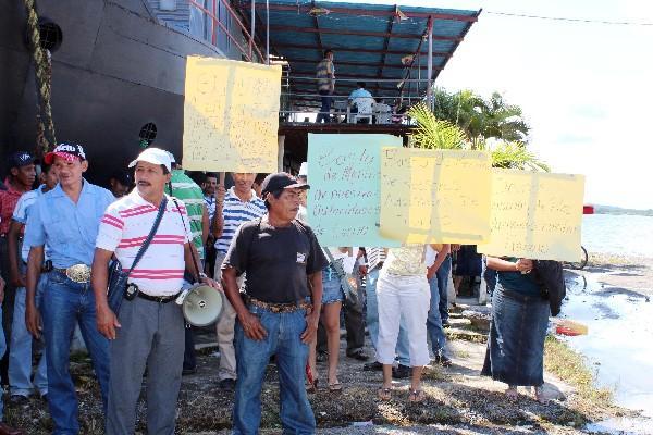 Empleados ajenos  al movimiento sindical protestan porque llevan más de tres meses sin recibir sueldo.