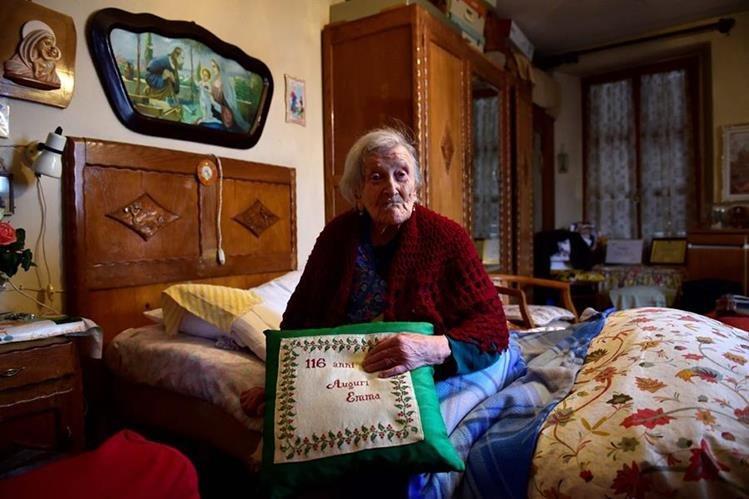 Emma Morano de 116 años posa para una fotografía para la Agencia Francesa de Prensa. (Foto Prensa Libre: AFP).