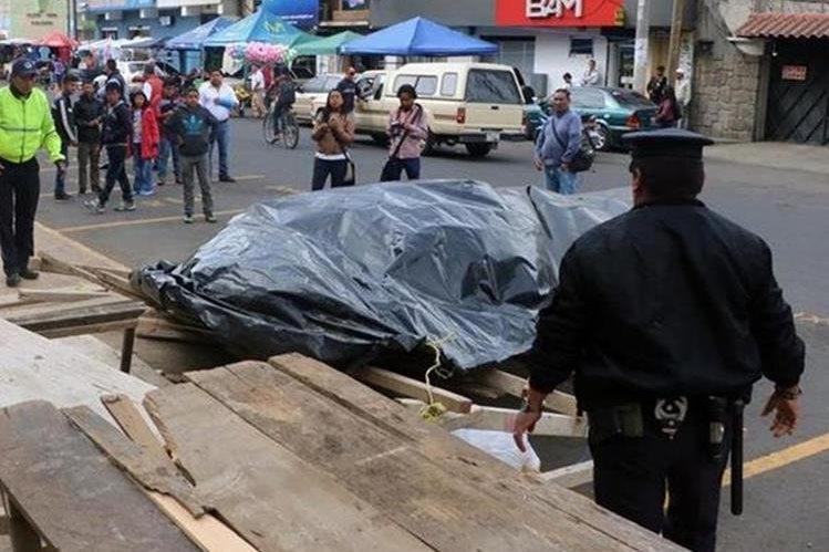Un policía municipal, durante un operativo en Quetzaltenango. (Foto Prensa Libre: María José Longo)