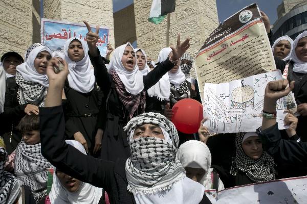 Palestinos rechazan la violencia por la policías israelí en la ciudad de Belén.