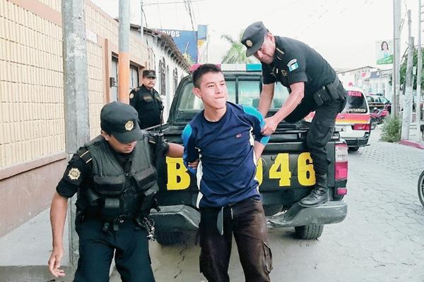 Agentes policiales trasladan a prisión a José Mario Tista López, en Salamá, Baja Verapaz. (Foto Prensa Libre: Carlos Grave)