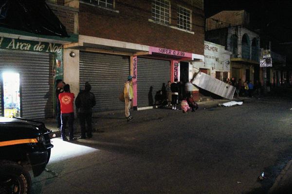 El cadáver de un adolscente cayó a la cinta asfáltica desde un tercer nivel, luego de que se electrocutó, en la cabecera de Jalapa. (Foto Prensa Libre: Hugo Oliva)