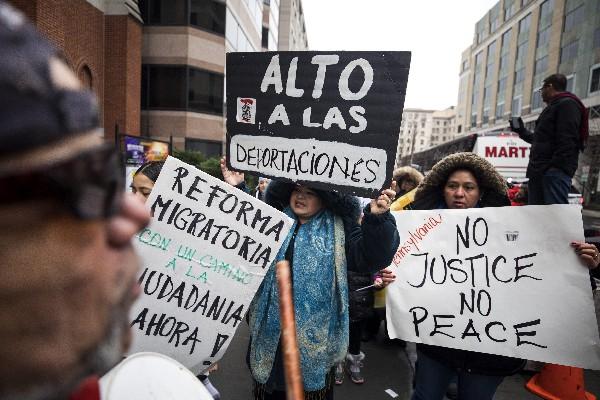 Manifestantes canta estamos aquí para quedarnos en durante la manifestación. (Foto prensa Libre:EFE).