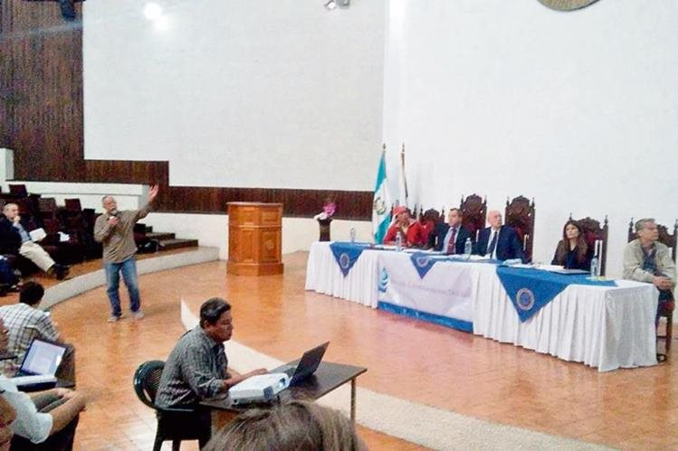 Miembros del tribunal Latinoamericano del Agua escuchan a los representantes de comunidades afectadas por falta del recurso hídrico.
