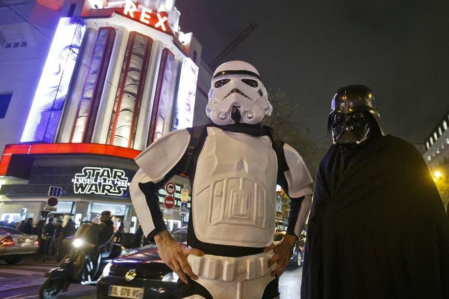 Admiradores vestidos como Stormtrooper and Darth Vader  posan a las afueras del cine parisino Grand Rex. (Foto Prensa Libre, AP)