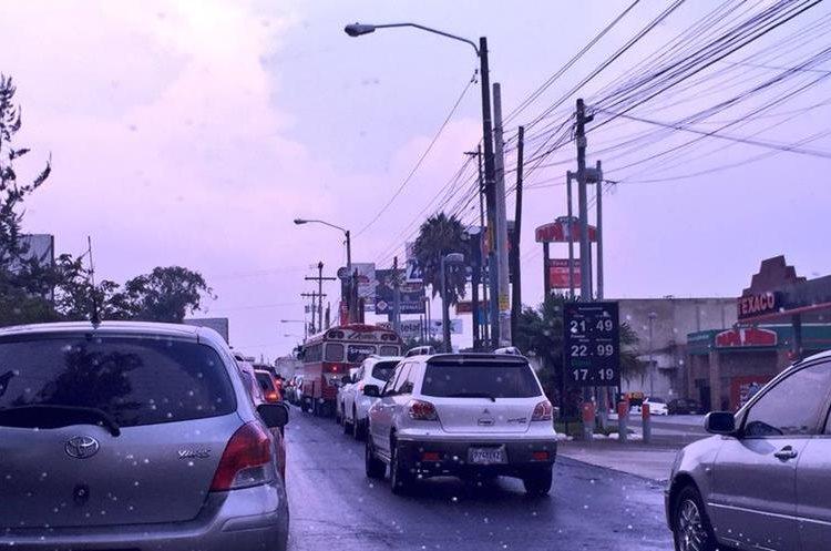 Tránsito lento en bulevar San Cristóbal hacia Las Charcas. Foto Prensa Libre:@alexisponce.