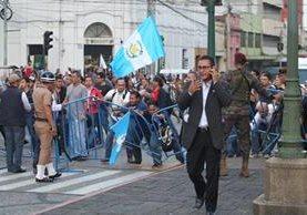 Momento en que manifestantes rompen el anillo de seguridad para irrumpir en el acto de Independencia. (Foto Prensa Libre: Carlos Hernández)