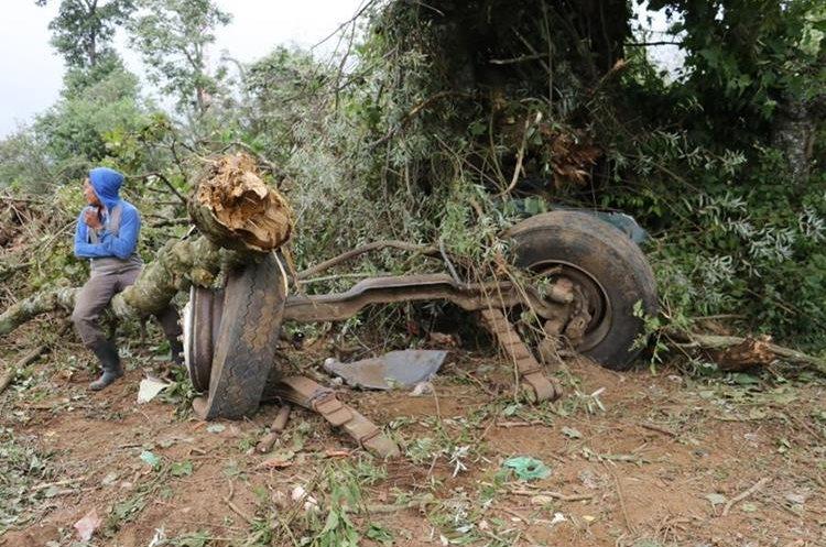 Las llantas delanteras del camión se desprendieron al impactar contra árboles antes de volcar. (Foto Prensa Libre: Víctor Chamalé.