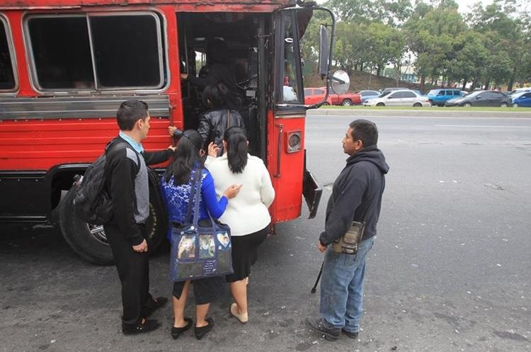 Los pasajeros de las unidades de rutas 203 y 204 son víctimas de asaltos durante el recorrido por e anillo Periférico. (Foto Prensa Libre: Erick Ávila)