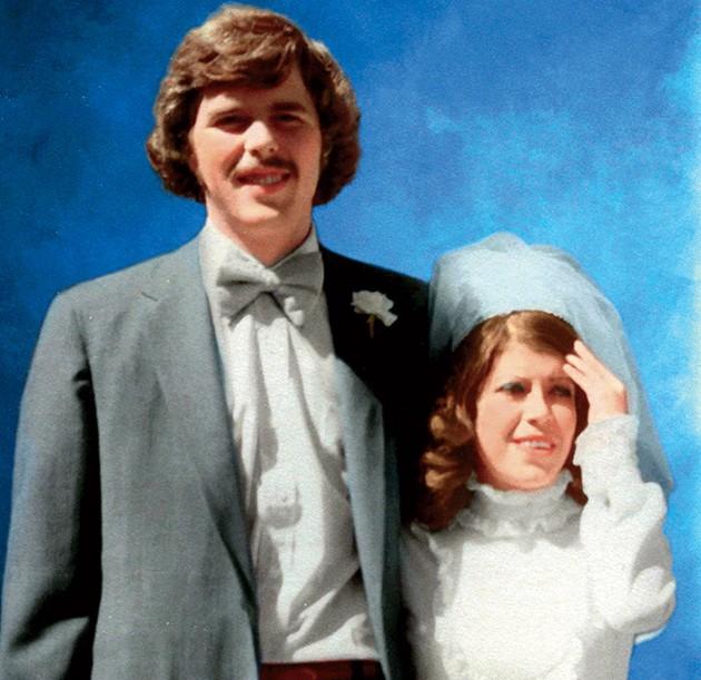 Jeb Bush junto a su esposa Columba Bush, el día de su boda en 1974.(Foto Prensa Libre: Internet).