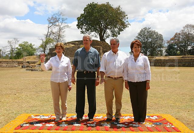 Los presidentes de Estados Unidos y Guatemala, George W. Bush y Óscar Berger acompañados de las primeras damas, Laura Bush y Wendy de Berger en Iximché el 13 de marzo de 2007. (Foto: Hemeroteca PL)