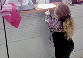 Rosa Idalia  Aldana interpone la denuncia en la Fiscalía contra el diputado Linares. (Foto: Facebook)