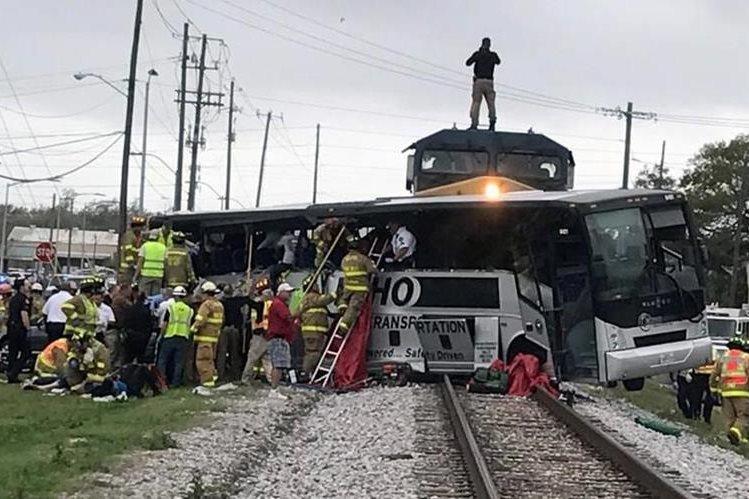 Autobús en el que viajaban casi 50 personas fue embestido por un tren en Misisipi. (Foto Prensa Libre:@CoastCoverage).