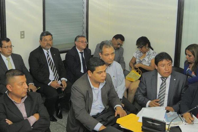 En la audiencia que se llevó a cabo en el Juzgado Quinto de Instancia Penal fueron juramentados tres peritos en materia aduanera, que participarán en el caso Tienda Libre (Foto Prensa Libre: Estuardo Paredes).