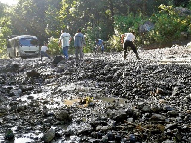 El deterioro de al menos 45 kilómetros de la ruta del Polochic, entre Tamahú y Tucurú, afecta a decenas de conductores. (Foto Prensa Libre: Eduardo Sam).
