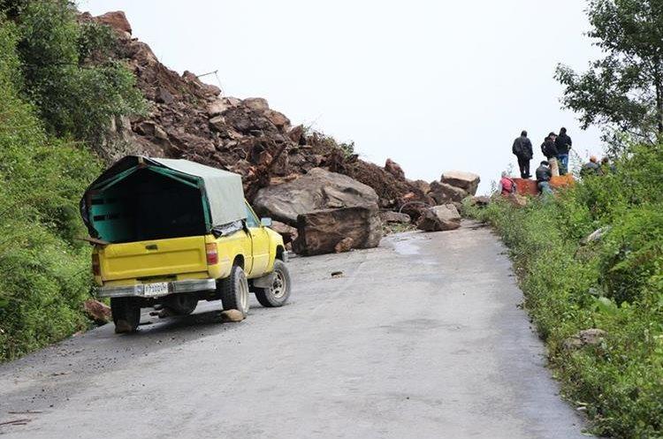 Unas 18 mil personas son las afectadas por el bloqueo del camino principal, debido a un derrumbe de grandes proporciones. (Foto Prensa Libre: Whitmer Barrera)
