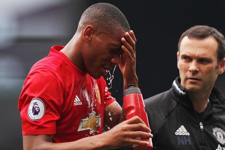 Martial sostiene su cabeza luego del fuerte impacto sufrido en el juego. (Foto Prensa Libre: AFP)