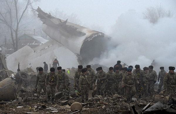 Rescatistas trabajan en el lugar del accidente en Dacha-Suu,Kirgistán. (Foto Prensa Libre:AFP):