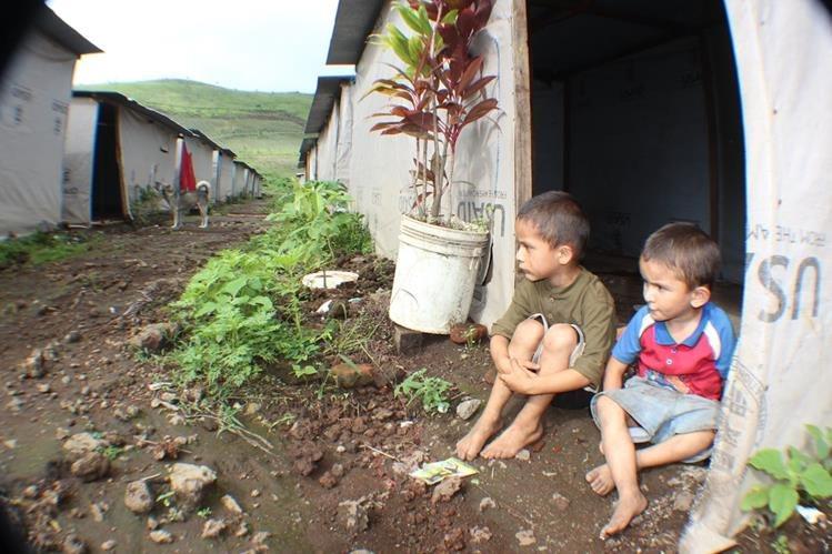 Niños ven con tristeza el entorno en el albergue Ebenezer, habilitado en Cuilapa, Santa Rosa, luego de una serie de sismos ocurrida en el 2011. (Foto Prensa Libre: Oswaldo Cardona)