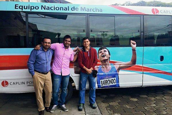 Érick Barrondo posa enfrente del bus que fue donado al equipo Nacional de Marcha. (Foto Prensa Libre: Facebook Érick Barrondo).