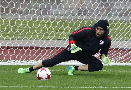 Claudio Bravo, el portero titular de la selección de Chile enfrentará a su excompañero Ter Stegen, en la final de la Confederaciones. (Foto Prensa Libre: EFE).
