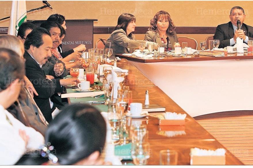 Gloria Torres  se reúne el 4/11/2009  con diputados de la UNE para decirles que no abandonen el hemiciclo, para discutir sobre un préstamo. (Foto: Hemeroteca PL)
