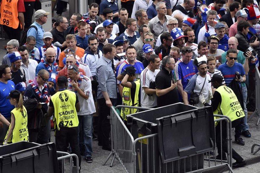Los aficionados que asistieron al estadio fueron registrados antes de su ingreso al partido entre Francia y Rumania. (Foto Prensa Libre: AFP)